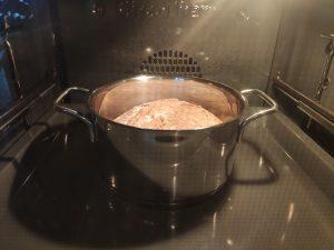 Brotteig im Topf und Ofen