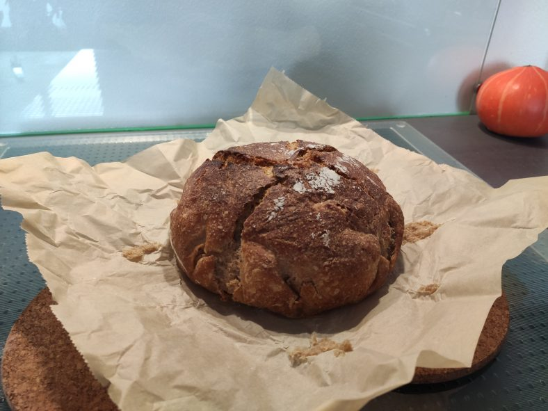 Fertiges Brot aus dem Topf